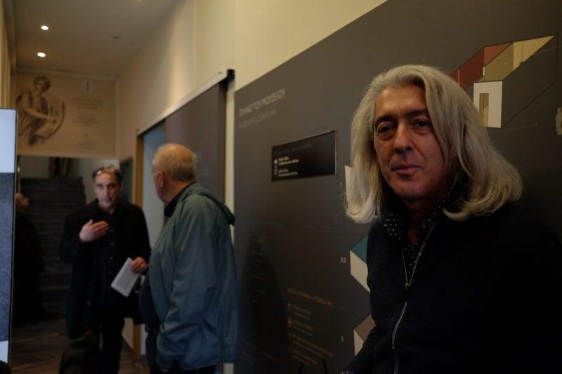 Ο Umberto Davoli, ο «Ιταλός» του Η ΠΟΛΗ ΖΕΙ, και, πίσω, ο αθηναιολάτρης πολιτικός μηχανικός Λέανδρος Σλάβης συνομιλεί με τον Χρύσανθο Ξάνθη.