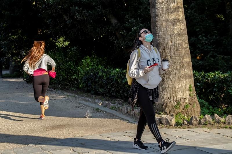 Κοπέλα με μάσκα