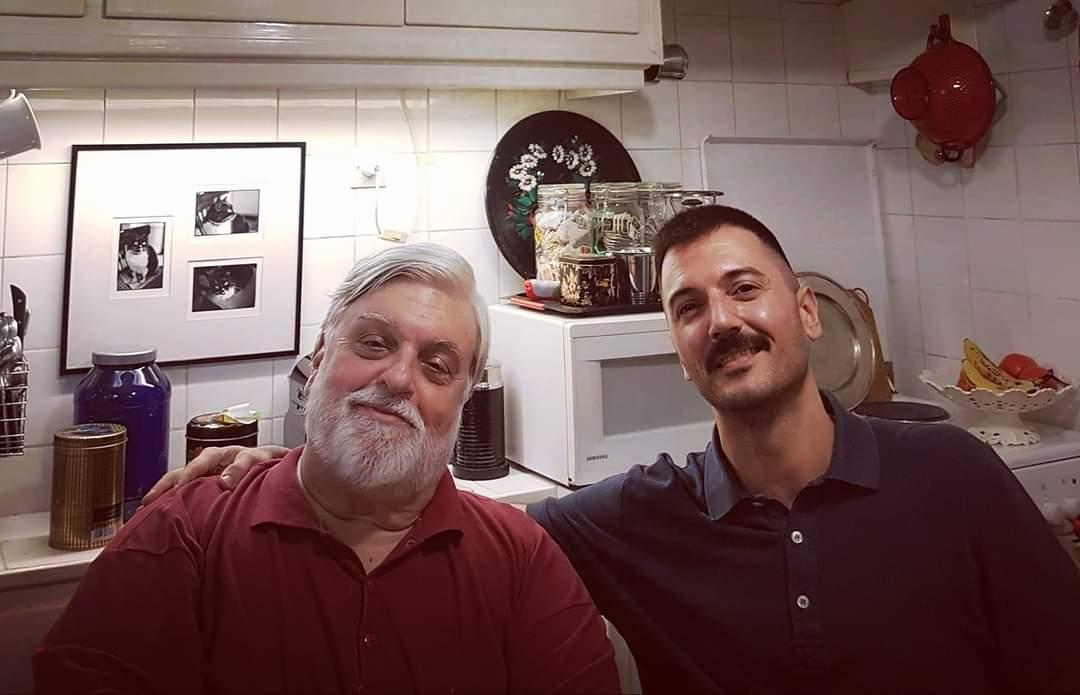 Ο Βασίλης Νικολαΐδης στο σπίτι του στη Νεάπολη Εξαρχείων με τον Δημοσιογράφο Γιάννη Κολλιάκο